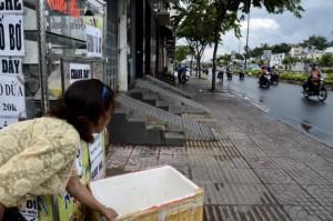 NhiÁu nhà dân trên °Ýng Ph¡m Vn Óng, P.3, Q.Gò V¥p (TP.HCM) xây bc tam c¥p cÑ Ënh nh° th¿ này¢nh: Tð TRUNG